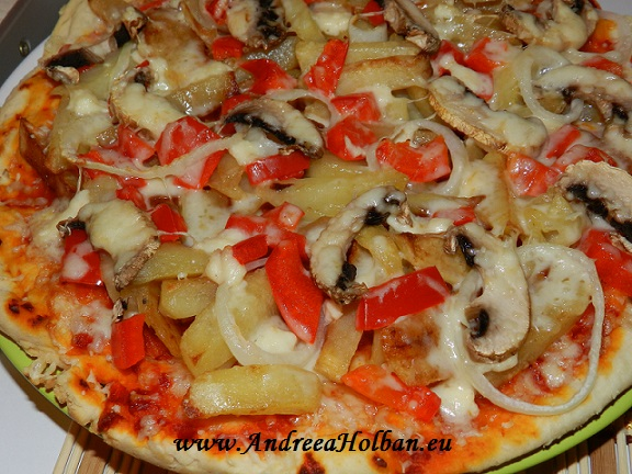 pizza cu cartofi prajiti, ciuperci, ceapa
