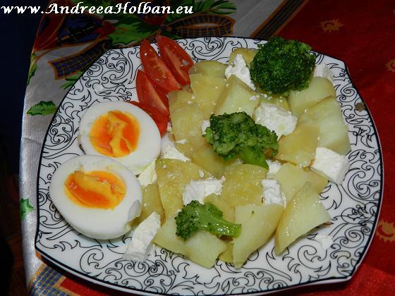 mic dejun cartofi, oua, brocoli si rosii