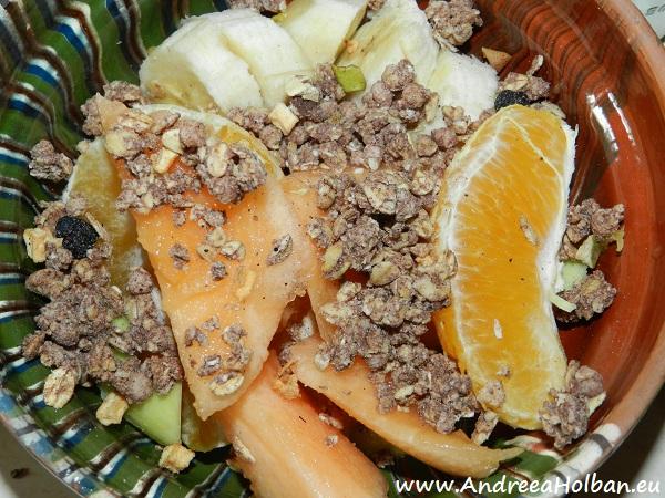 Piure de fructe (portocala, banana, avocado si pepene galben) si musli cu afine si piersici