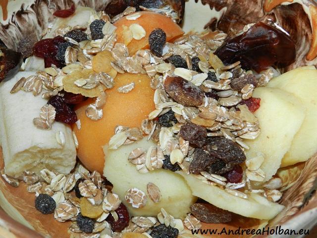 Piure de caisa, banana, mar, curmale si musli cu fructe (dupa 12 luni)