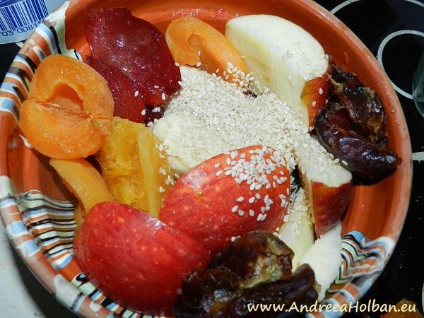 Piure de mar, portocala, pruna, caisa, banana, curmale si seminte de susan (dupa 8 luni)