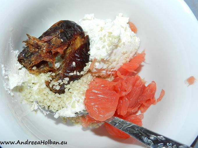 Crema de branza cu grapefruit rosu, curmala si seminte de susan (dupa 12 luni)