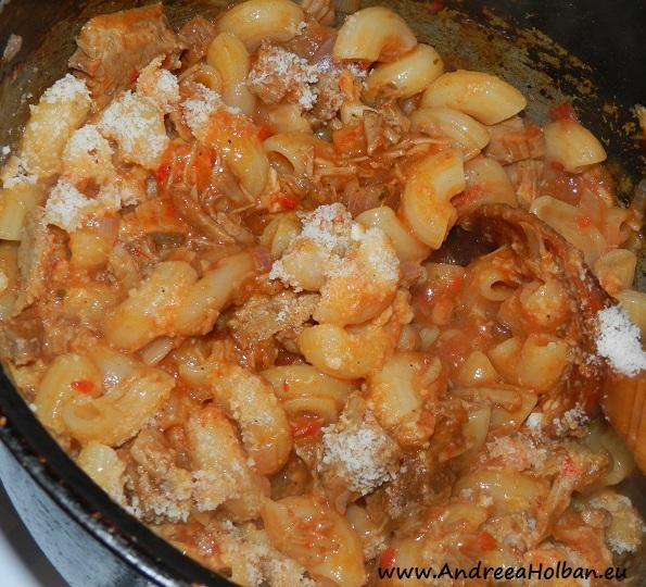 Paste cu sos de rosii, carne de vita, ceapa, usturoi si parmezan (dupa 12 luni)