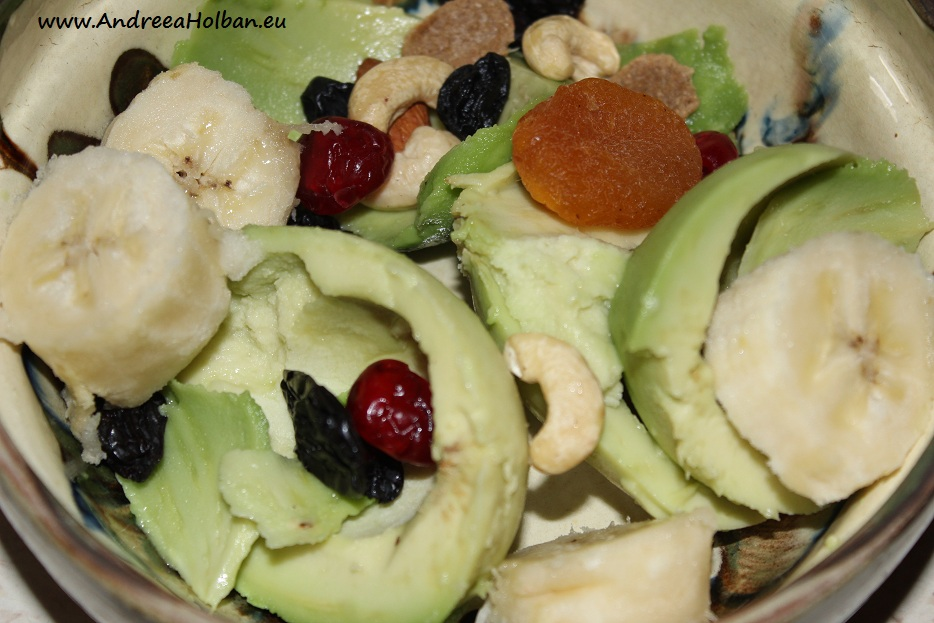Piure de avocado, banana si amestec de tentatii dulci (dupa 12 luni)