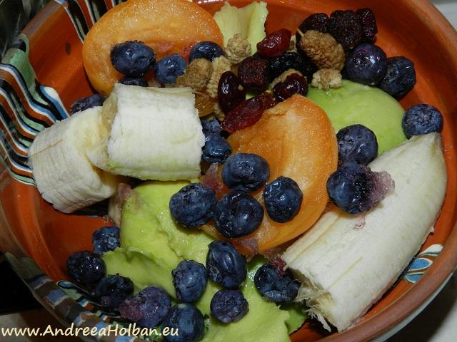 Piure de banana, avocado, caisa, afine si amestec din gustarea dulce-acrisoara (12 luni)