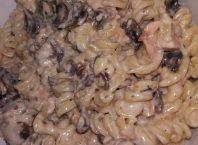 Paste cu somon si ciuperci in sos de smantana si usturoi
